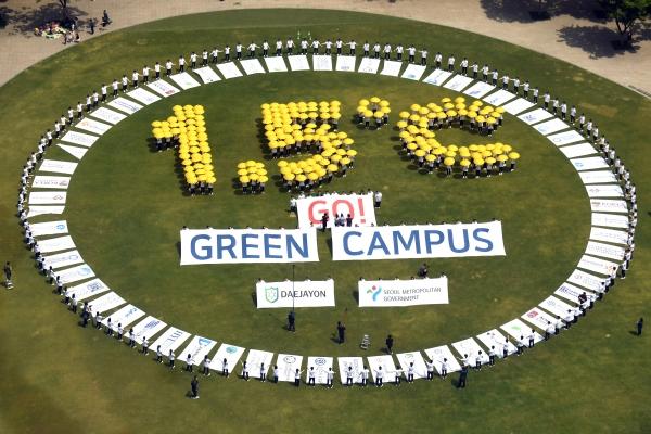 서울시 그린캠퍼스 홍보대사 대학생들이 4일 서울광장에서 온실가스 감축을 촉구하는 퍼포먼스를 펼치고 있다.