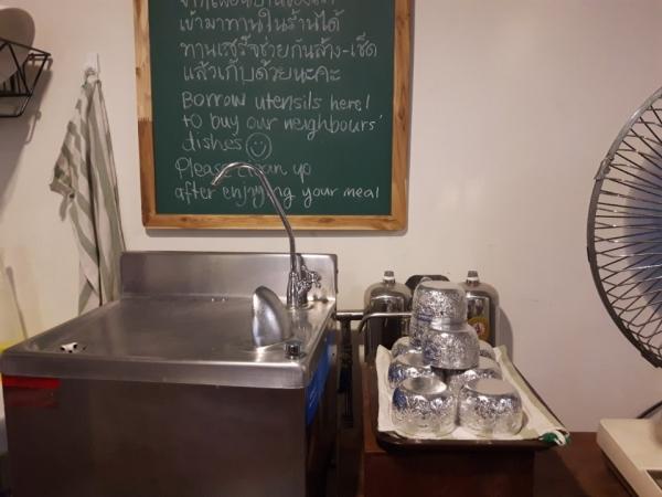 카페에서 손님들에게 무료 대여해주는 식기들. 손님들은 사용 후 직접 설거지를 해두면 된다. ©최형미