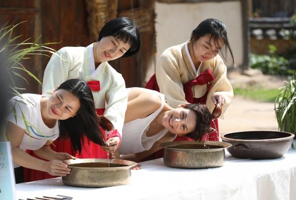 단오를 이틀 앞둔 5일 서울 종로구 국립민속박물관에서 '여름의 시작, 단오' 세시체험 행사가 열려 외국인 관광객들이 창포물에 머리감기를 하고 있다.