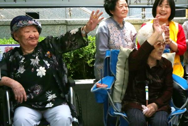 길원옥·이옥선 할머니가 6일 서울 종로구 주한 일본대사관 앞에서 열린 일본군성노예제 문제해결을 위한 1390차 정기 수요시위에 참석해 참가자들에게 인사하고 있다.
