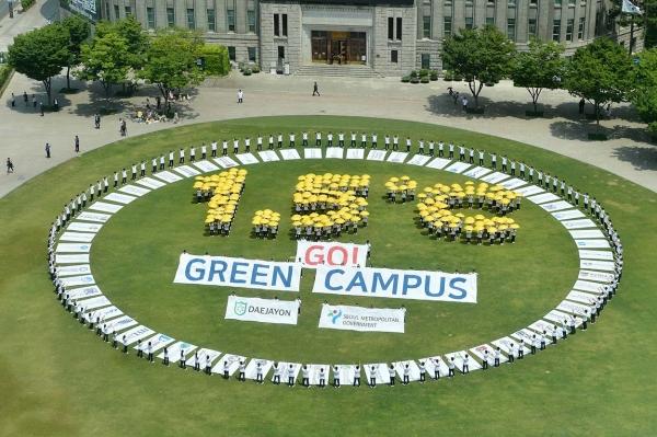 대학생 430여명이 '환경의 날'을 맞아 4일 서울광장에서 온실가스 감축을 촉구하는 퍼포먼스를 진행했다. 참가자들은 지구 온도 상승을 1.5도 이내로 억제해야 한다는 의미로 1.5℃를 노란우산으로 표현하고 서울그린캠퍼스협의회 소속 32개 대학의 휘장을 펼쳐 그린캠퍼스 조성 실천을 다짐했다.