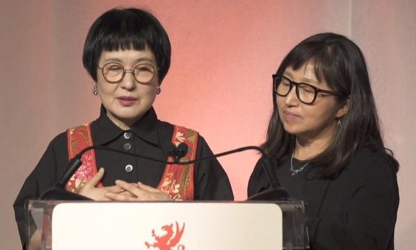 김혜순(왼쪽) 시인이 캐나다의 권위 있는 문학상인 '그리핀 시 문학상(Griffin Poetry Prize)'을 수상했다. 오른쪽은 최돈미 번역가 ⓒ문학과지성사