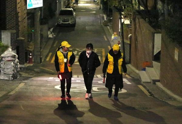 '여성 안심귀가 서비스' 스카우트 박정이·강우경씨가 8일 밤 서울 약수동에서 서비스 이용자의 귀가길을 동행했다.