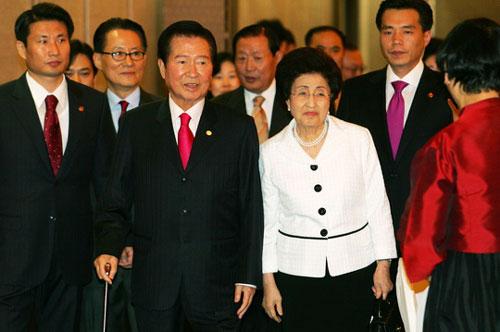 평등하고 동지애적인 관계로 더욱 더 다정했던 생전의 김대중 전 대통령·이희호 여사 부부. ©뉴시스