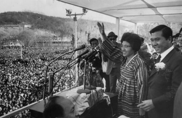 1971년 '4·27 7대 대선'에서 찬조연설을 하는 이희호 여사 모습. ⓒ김대중 도서관