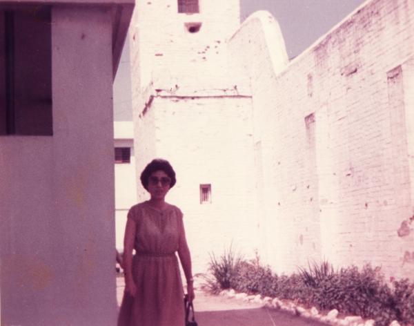 이희호 여사가 1977년 8월 1일 김대중 전 대통령이 '3.1민주구국선언사건'으로 구속된 경남 진주시 진주교도소앞에 서 있는 모습. ⓒ김대중 도서관
