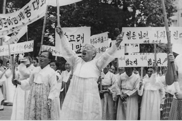 1959년 1월부터 대한와이더블유시에이연합회(와이연합회) 총무를 맡은 이희호는 가장 먼저 '혼인신고를 합시다' 캠페인을 벌였다. 훗날 호주제 폐지와 가족법 개정으로 이어지는 여성인권운동의 물꼬를 튼 사업이었다. 1960년 4·19 혁명 직후 5대 총선을 앞둔 7월19일 와이더블유시에이를 비롯한 여성단체연합회 회원들이 종로 거리에서 축첩 반대 시위를 하는 모습으로, '축첩자에 투표 말라, 새 공화국 더럽힌다' 등 펼침막의 글씨 중에는 이희호가 직접 쓴 것도 있었다. ⓒ김대중평화센터