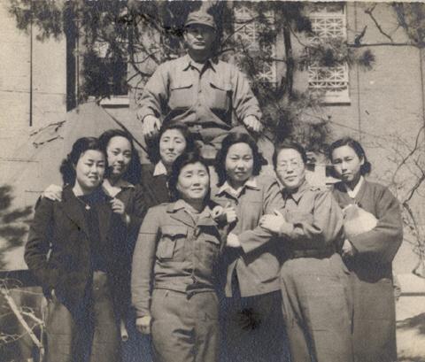 1950년 피난지 부산에서 대한여자청년단을 결성하고외교국장을 맡아다. 대구에서 합숙하던 시절 여청 간부들과 군부대 위문공연을 갔다. (왼쪽 셋째, 뒤편 장교 앞이 이희호) ⓒ김대중평화센터