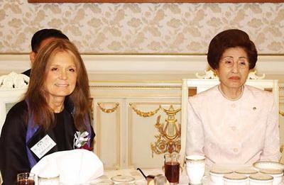 지난 2002년 글로리아 스타이넘이 첫 방한했을 당시 청와대를 방문해 이희호 여사와 오찬을 함께 나누고 있는 모습.