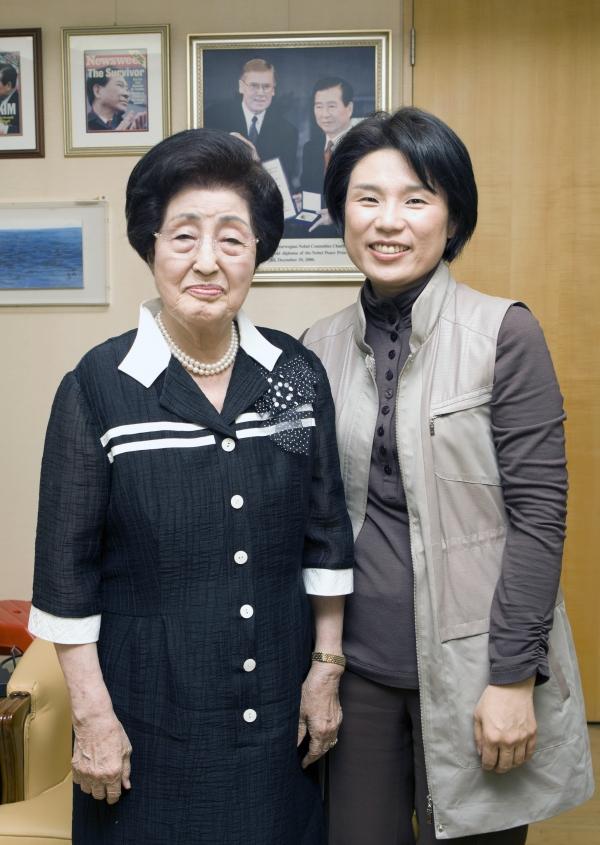 이희호 선생이 구순을 맞은 2011년 9월 서울 마포구 동교동 자택에서 김효선 여성신문 대표와 대담을 진행했다. ⓒ여성신문DB