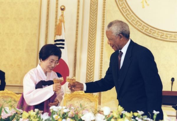 2001년 3월 12일, 이희호 여사가 넬슨 만델라 전 남아공 대통령과 청와대에서 만나고 있는 모습. ⓒ김대중 도서관