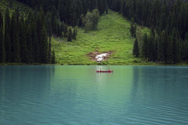 침엽수와 보트가 대비되어 청록빛이 더욱 선명한 에메랄드 호수. 사진_조현주