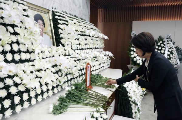추미애 의원이 11일 서울 서대문구 세브란스병원 장례식장에 마련된 이희호 여사의 빈소를 찾아 조문하고 있다.