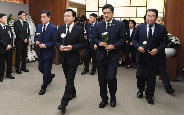 손학규 바른미래당 대표 등 바른미래당 의원들이 11일 오후 서울 신촌 세브란스장례식장에 마련된 고 이희호 여사 빈소를 찾아 조문하고 있다.