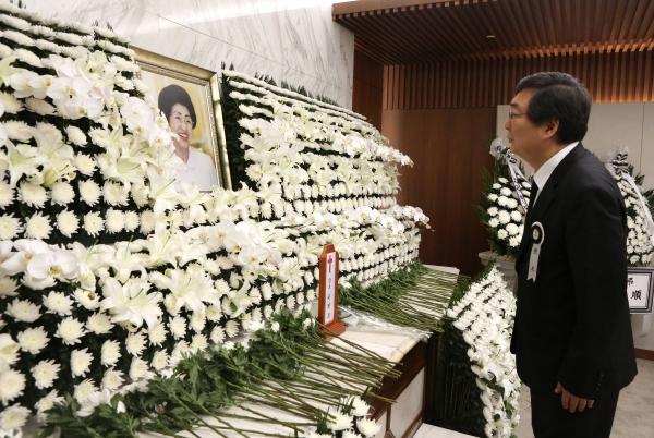 고 이희호 여사의 아들 김홍업 전 의원이 11일 서울 서대문구 세브란스병원 장례식장에 마련된 이희호 여사의 빈소에서 어머니의 영정사진을 바라보고 있다.