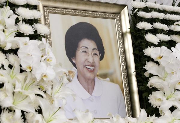 11일 서울 서대문구 세브란스병원 장례식장에 마련된 이희호 여사의 빈소의 영정사진 속 이희호 여사가 환하게 웃고 있다.