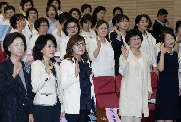11일 서울 여의도 국회 의원회관 대회의실에서 열린 '한국여성유권자연맹 창립 제50주년 기념식'에서 양금희 중앙회장과 회원들이 강령복창을 하고 있다.