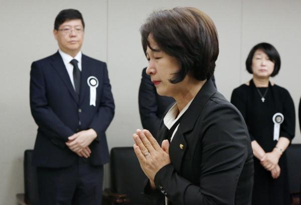 추미애 의원이 11일 서울 서대문구 세브란스병원 장례식장에 마련된 이희호 여사의 빈소를 찾아 조문하며 눈물을 흘리고 있다. ⓒ이정실 여성신문 사진기자