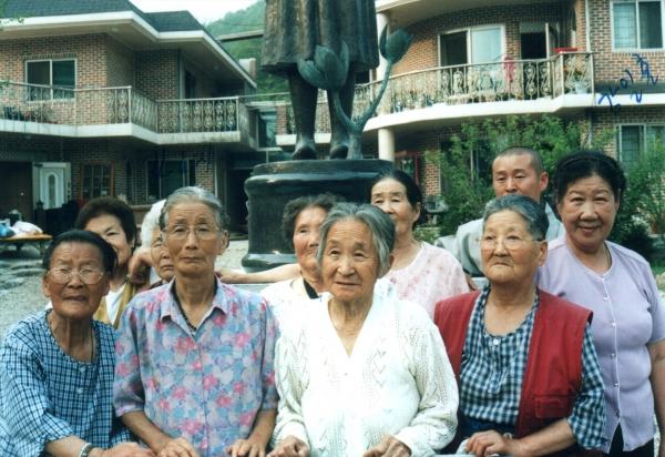 '에움길'에 등장하는 할머니들. 영상 속 할머니들은 그림을 그리고 꽃놀이도 간다. ⓒ영화사 그램