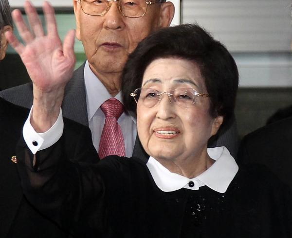 지난 2015년 8월 5일 방북길에 오르는 이희호 김대중평화센터 이사장과 방북단이 손을 흔들고 있다. ©뉴시스