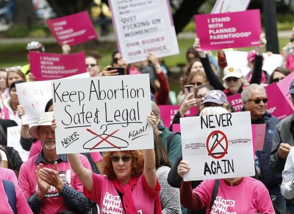 5월 21일(현지시간) 미 캘리포니아주 새크라멘토 의사당 앞에서 시위대가 낙태 권리를 외치며 시위하고 있다. ⓒAP뉴시스·여성신문
