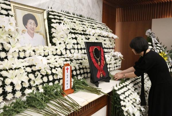 11일 서울 서대문구 세브란스병원 장례식장에 마련된 이희호 여사의 빈소 제단을 유가족이 정리하고 있다. ⓒ이정실 여성신문 사진기자