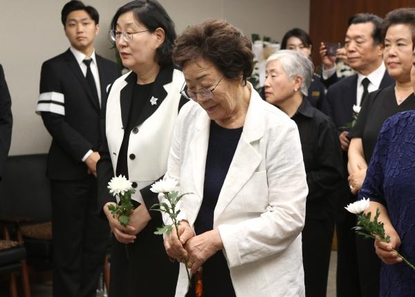 일본군'위안부'피해자 이용수 할머니가 13일 서울 서대문구 신촌 세브란스병원 장례식장에 마련된 고 이희호 김대중평화센터 이사장의 빈소를 찾아 조문하고 있다.