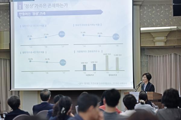 김희경 여성가족부 차관이 한국양성평등교육진흥원이 14일 서울 중구 한국프레스센터에서 개최한 2019년 제2차 포럼 본에서  ''정상' 가족에서 '다양한' 가족으로'라는 주제로 강연을 했다.