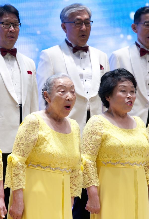 '노인학대 예방의 날'을 앞둔 14일 서울 중구 대한상공회의소 국제회의장에서 '제3회 노인학대 예방의 날 기념식'이 열려 청춘합창단의 축하공연이 열리고 있다.
