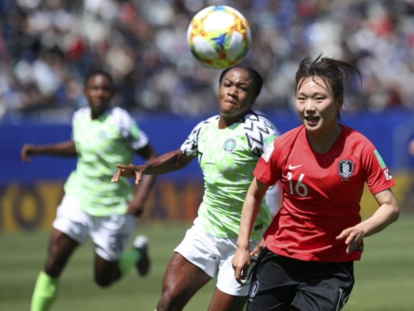 장슬기(오른쪽)가 12일(현지시간) 프랑스 그르노블의 스타드 데잘프에서 열리고 있는 2019 국제축구연맹(FIFA) 여자 월드컵 나이지리아와의 조별리그 A조 2차전에서 공을 쫒아가고 있다. 대표팀은 이날 02-로 패해 대회 2연패에 빠졌다. ⓒAP뉴시스·여성신문