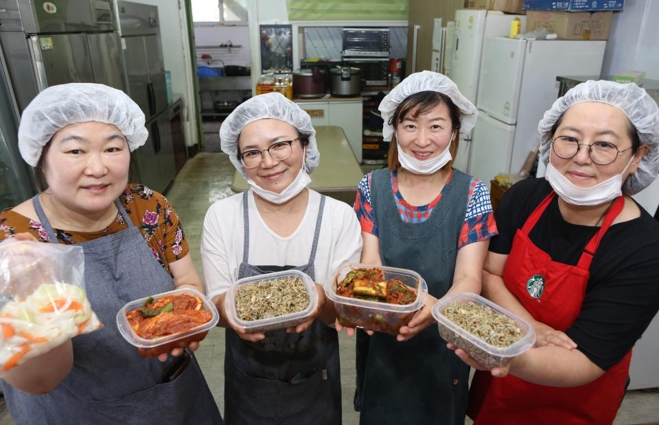 서울한부모회가 15일 서울 당산동 영등포산업선교회 식당에서 첫 번째 '한부모가족 반찬나눔'행사를 열어 회원들이 만든 한부모 가정에 전달될 반찬들을 들어 보이고 있다.