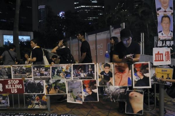 16일(현지시간) 홍콩에서 범죄인 인도법 개정 반대 시위대가 시위 중 부상한 사람들의 사진과 무력 진압을 지시한 경찰 관계자의 사진을 전시하고 있다. 범죄인 인도법 개정에 반대하며 시위를 이어가던 시위대는 캐리 람 행정장관의 사실상 범죄인 중국 송환법 무기 연기와 사과를 끌어냈다. ⓒAP뉴시스·여성신문