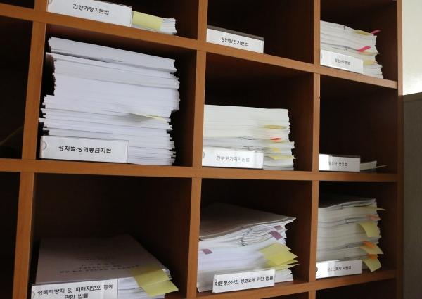 13일 서울 여의도 국회 여성가족위원회 앞에 쌓여 있는 법안관련 서류들 ⓒ이정실 여성신문 사진기자