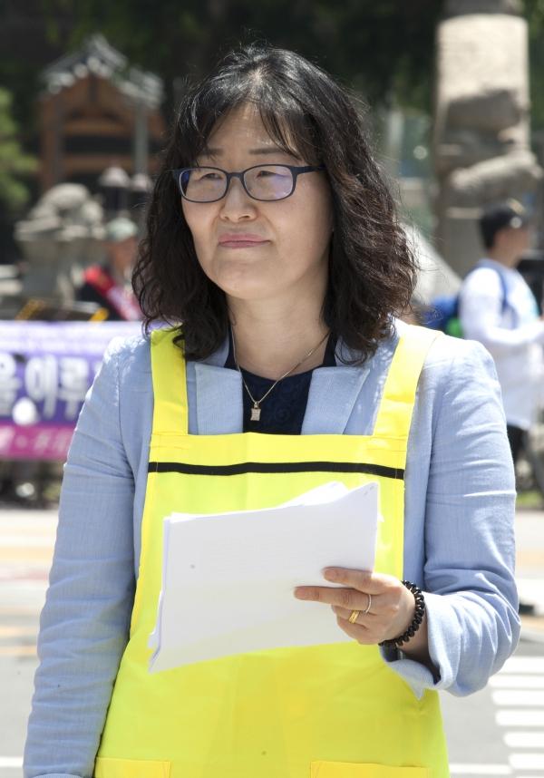 김재순 전국가정관리사협회 협회장이 15일 서울 광화문 광장에서 열린 제8회 국제가사노동자의 날 기념 '존중과 인정을 위한 가사노동자 권리선언' 행사의 사회자를 맡아 진행하고 있다. ⓒ이정실 여성신문 사진기자