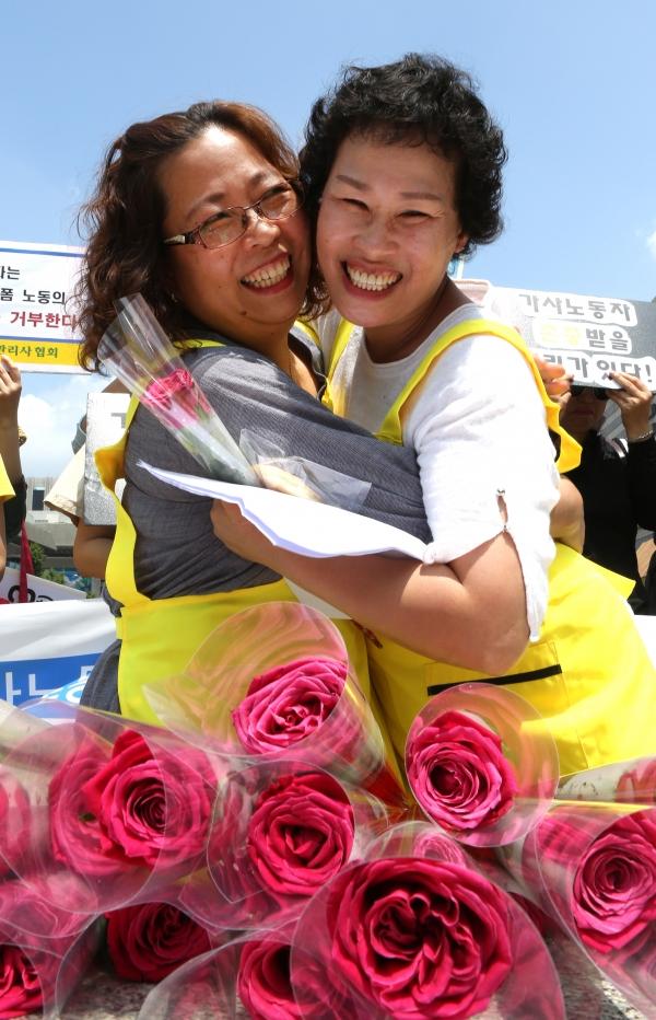'국제가사노동자의 날'을 하루 앞둔 15일 서울 광화문 광장에서 열린 제8회 국제가사노동자의 날 기념 '존중과 인정을 위한 가사노동자 권리선언' 행사에서 한 명 한 명 가정관리사의 이름을 부르며 서로에게 빵과 장미를 나눠주는 퍼포먼스가 진행되고 있다.