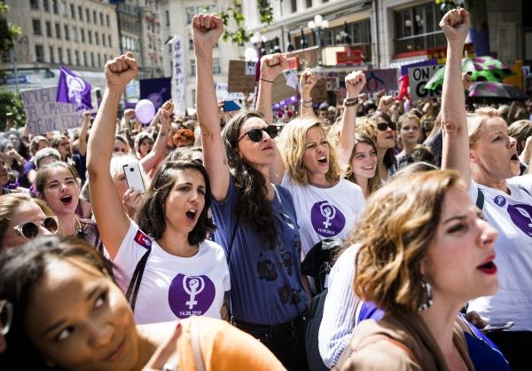 지난 14일(현지시간) 스위스에서 여성들의 성 평등을 요구하는 파업 시위가 열려 로잔에서 여성들이 구호를 외치며 시위하고 있다. ⓒ뉴시스·여성신문