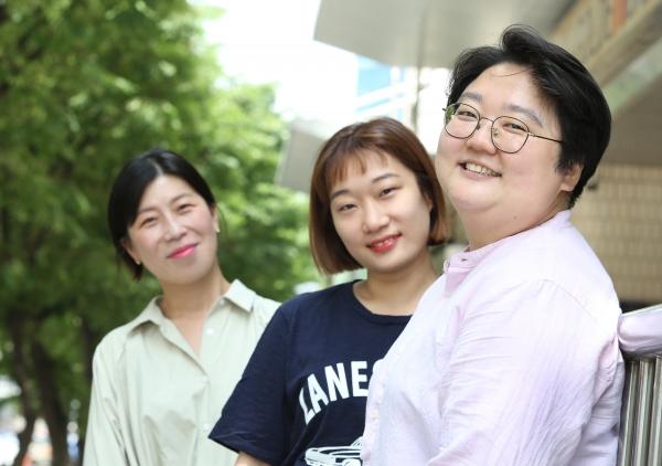 제2회 페미니즘 연극제를 주최하는 (사진 오른쪽)나희경 페미씨어터 대표와 운영사무국의 장지영 드라마투르그, 김민솔 피디