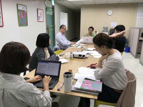 여성신문사가 17일 신규 직원을 대상으로 한 전문가 강의에서 박선영 한국여성정책연구원 선임연구위원이 '미투 이후 한국 사회 상상하기: 성평등정책 방향'을 주제로 강의했다.
