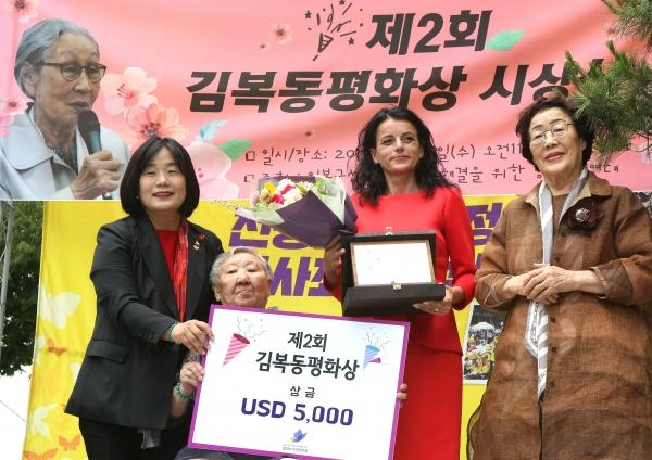 19일 서울 종로구 일본대사관 앞에서 '제2회 김복동평화상' 시상식이 열려 수상자인 바스피예 그라스니치-굿맨이 길원옥·이용수 할머니로부터 상패와 꽃다발을 받았다.