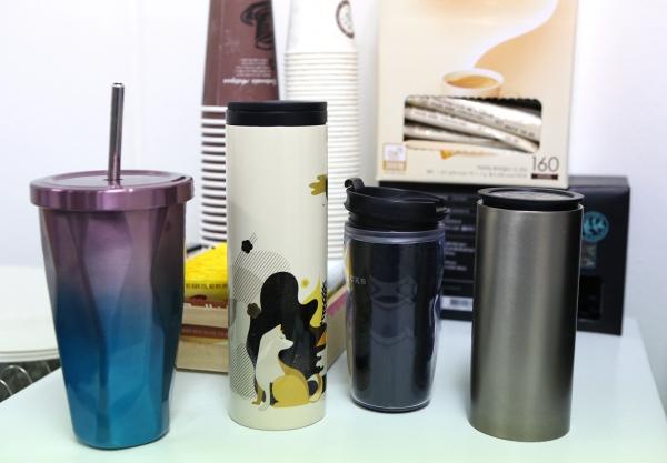 '플라스틱 프리 챌린지'는 일회용 컵 대신 텀블러를 사용하는 등 일상 속 작은 실천으로 플라스틱 사용을 줄여나가는 운동이다. ⓒ이정실 여성신문 사진기자