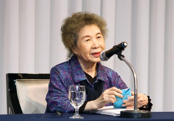 김남조 시인이 20일 서울 강남구 더 리버사이드호텔에서 열린 제47차 WIN문화포럼에서 '삶의 축복'을 주제로 강연하고 있다.