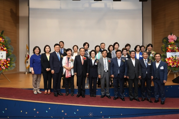 문희상 국회의장이 21일 국회 의원회관 대회의실에서 열린 한국여성정치연맹 창립 제29주년 기념식에 참석해 축하의 말을 전했다.