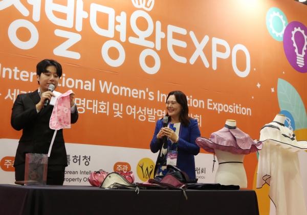 22일 경기 일산 킨텍스 제2전시장에서 열린 '2019 여성발명왕엑스포'에서 상품리뷰라이브쇼가 진행되고 있다. ⓒ이정실 여성신문 사진기자
