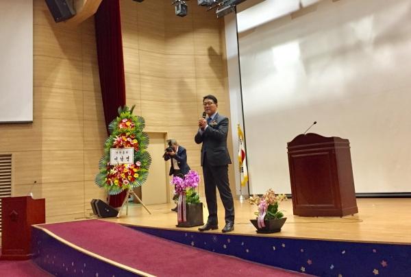 21일 국회의원회관에 개최된 (사)한국여성정치연맹(총재 김방림 전 국회의원) 창립 제29주년 기념식에서 신창현 더불어민주당 의원이 '남성의 관점에서 바라본 남녀동수 공천'을 주제로 강연을 했다. / 진주원 기자