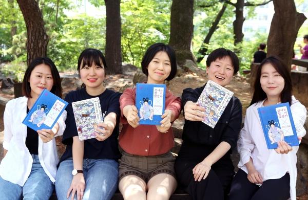 페미니즘 전래동화 '선녀는 참지 않았다'를 펴낸 이화여자대학교 독서토론모임 '구오'의 (사진 왼쪽) 현지, 유진, 경민, 다은, 애린 ⓒ이정실 여성신문 사진기자