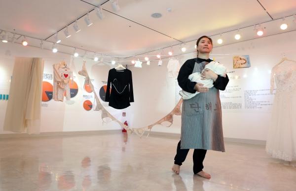 제2회 페미니즘 연극제가 열리고 있는 24일 서울 대학로 한국장애인문화예술원 이음갤러리에서 부대프로그램인 'RETURN TO THE STAGE'의 구정연 작가가 '초유의 사태' 퍼포먼스를 하고 있다.