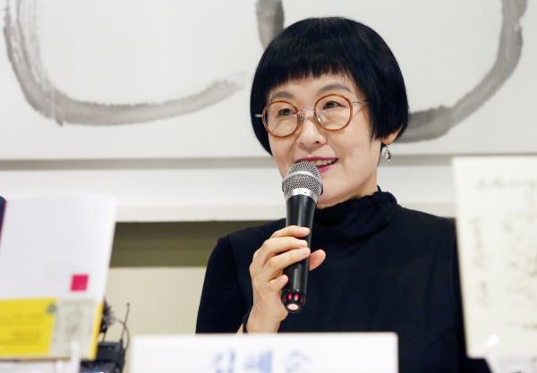 25일 서울 중구 달개비에서 '2019 그리핀시문학상'을 수상한 김혜순 시인 기자간담회가 열려 김 시인이 기자들의 질문에 답하고 있다.