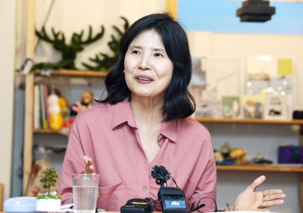 최영미 시인이 25일 서울 마포구 서교동의 한 카페에서 신작 시집 '다시 오지 않는 것들' 출간 기념 기자간담회를 갖고 있다.