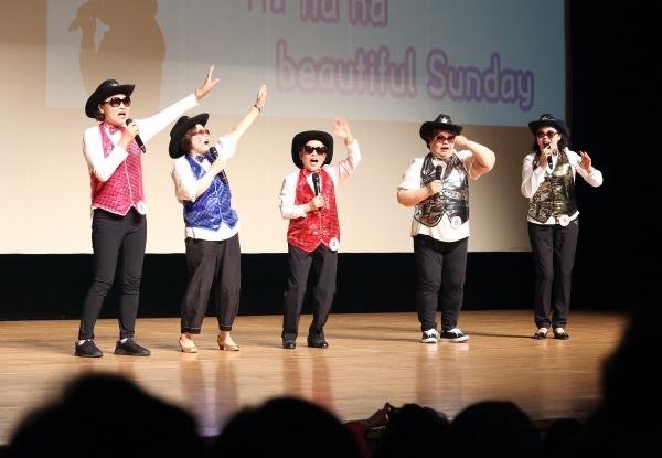 25일 서울 마포아트센터 아트홀 맥에서 열린 일성여자중고등학교 '제15회 팝송 경연대회'에 출전한 학생들이 춤을 추며 팝송을 부르고 있다.