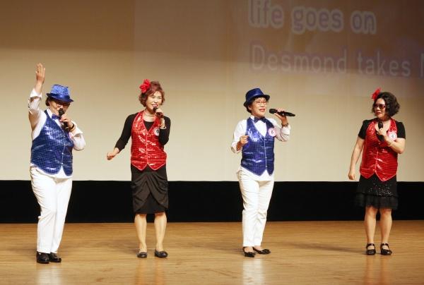 25일 서울 마포아트센터 아트홀 맥에서 열린 일성여자중고등학교 '제15회 팝송 경연대회'에 출전한 학생들이 춤을 추며 팝송을 부르고 있다. ⓒ이정실 여성신문 사진기자